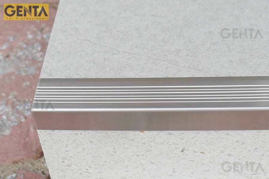 Chỉ bóc lớp băng dính bảo vệ trên thanh nẹp S-MV30 khi thi công xong