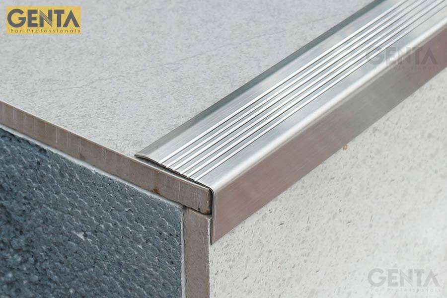 Nẹp S-MV30 được gắn cố định bằng keo tibon hoặc silicon sau khi ốp lát xong