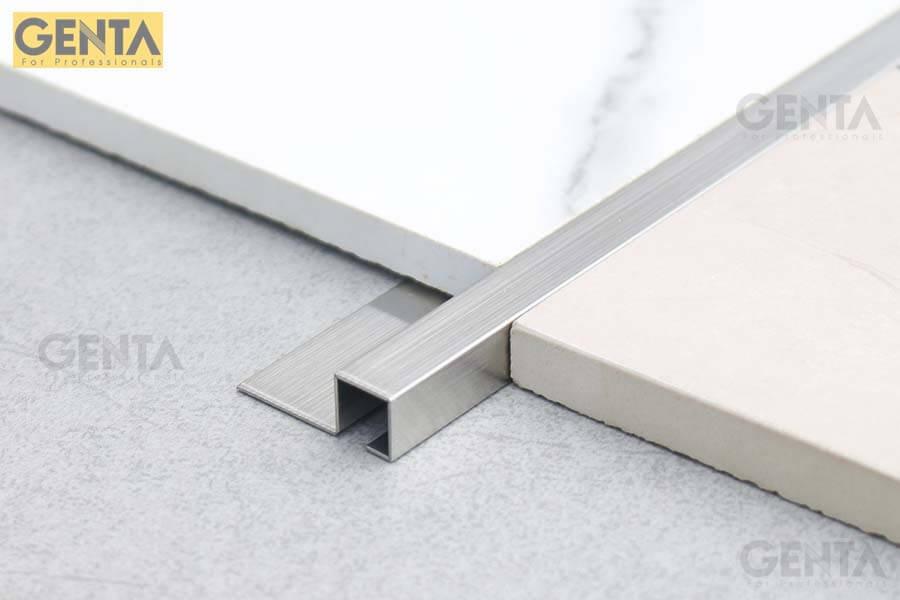 Hình ảnh nẹp S-GS10 inox xước được gắn giữa 2 loại gạch khác nhau