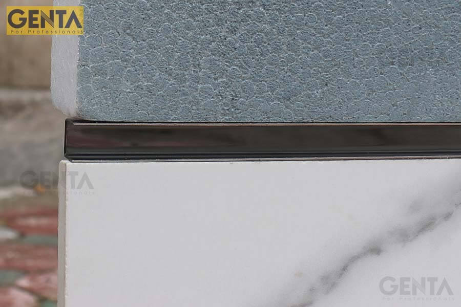 Chỉ inox U âm 1cm S-UA10 dược gắn tại vị trí giao cắt giữa 2 loại gạch khác màu