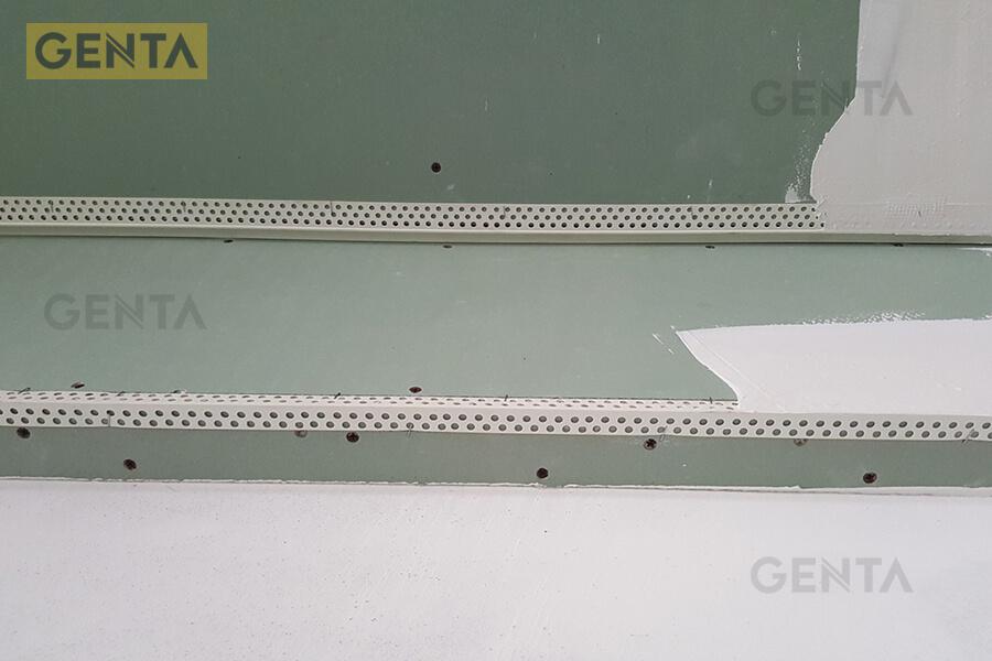 Hình ảnh nẹp SW-2020 bắn ghim cố định lên góc tường/ trần thạch cao