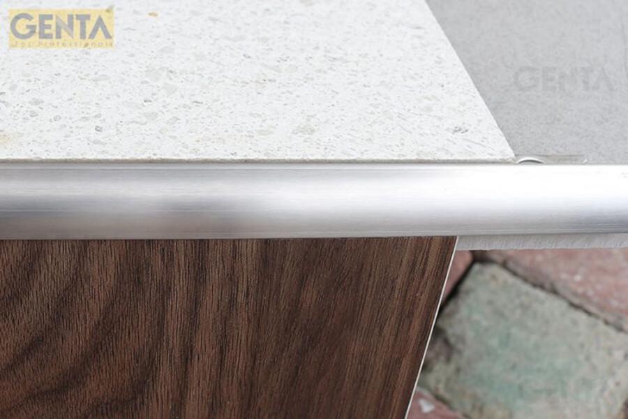 Hình ảnh thi công dùng nẹp inox ốp góc tròn S-GT10