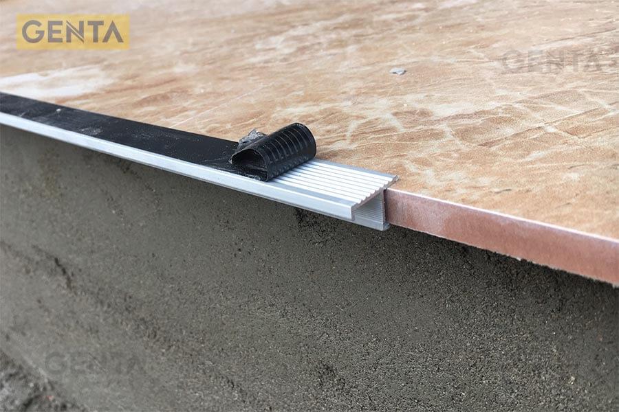 Khi thi công nên dán thêm 1 lớp băng dính để bảo vệ bề mặt nẹp