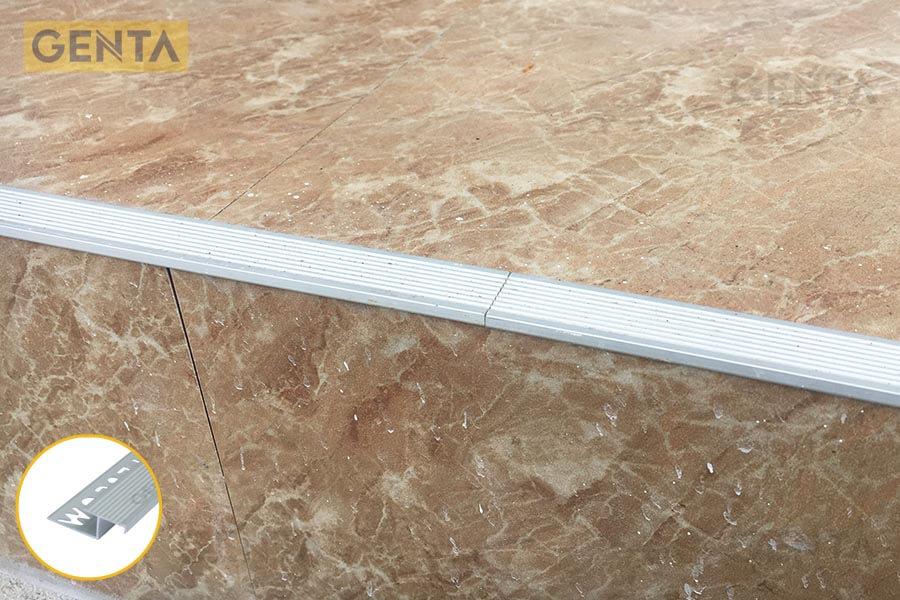 Hình ảnh thực tế nẹp chống trơn cầu thang AL2100