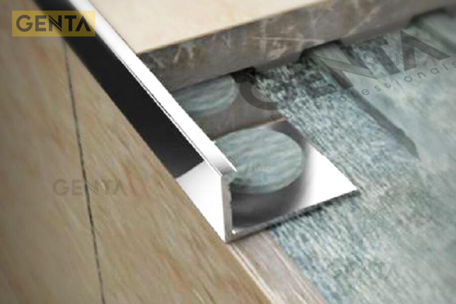 Phối cảnh minh họa nẹp góc nhôm TSD050 được sử dụng tại góc vuông cạnh bàn