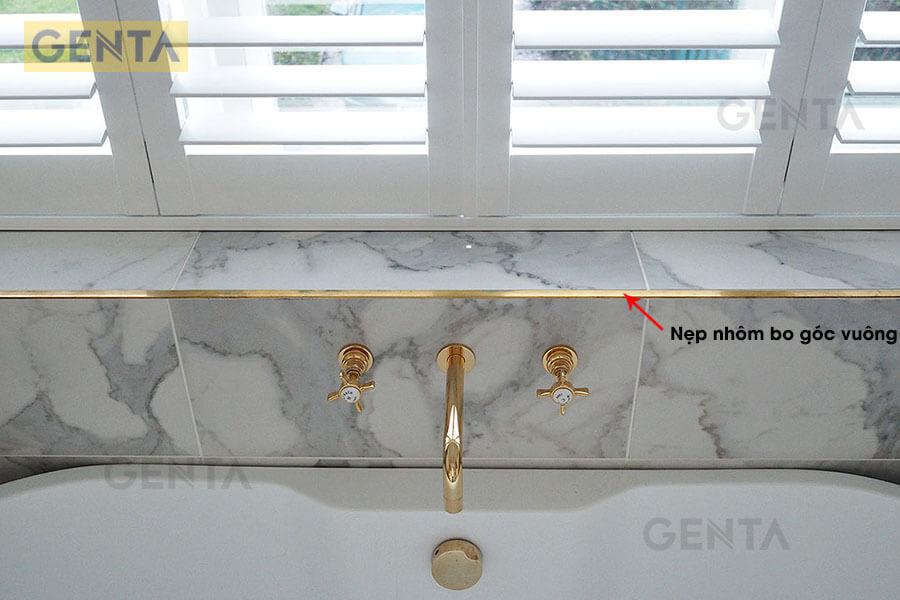 Nẹp góc nhôm TSAP100 vàng bóng trang trí tại bồn rửa tay