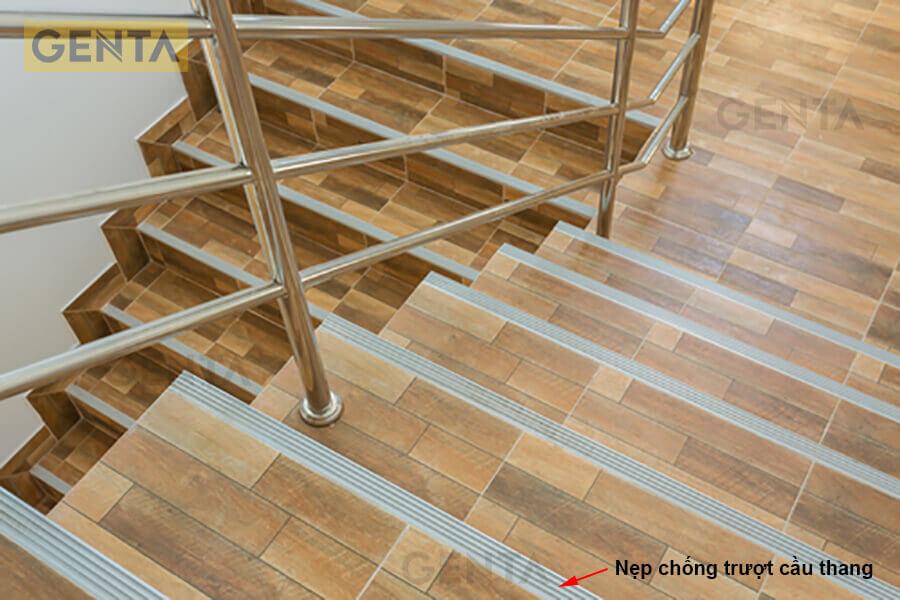 Nẹp chống trượt cầu thang bảo vệ mũi bậc
