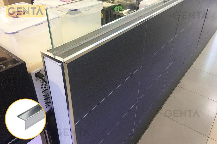 Nẹp chữ V ốp góc CP20 ứng dụng tại quầy bán hàng