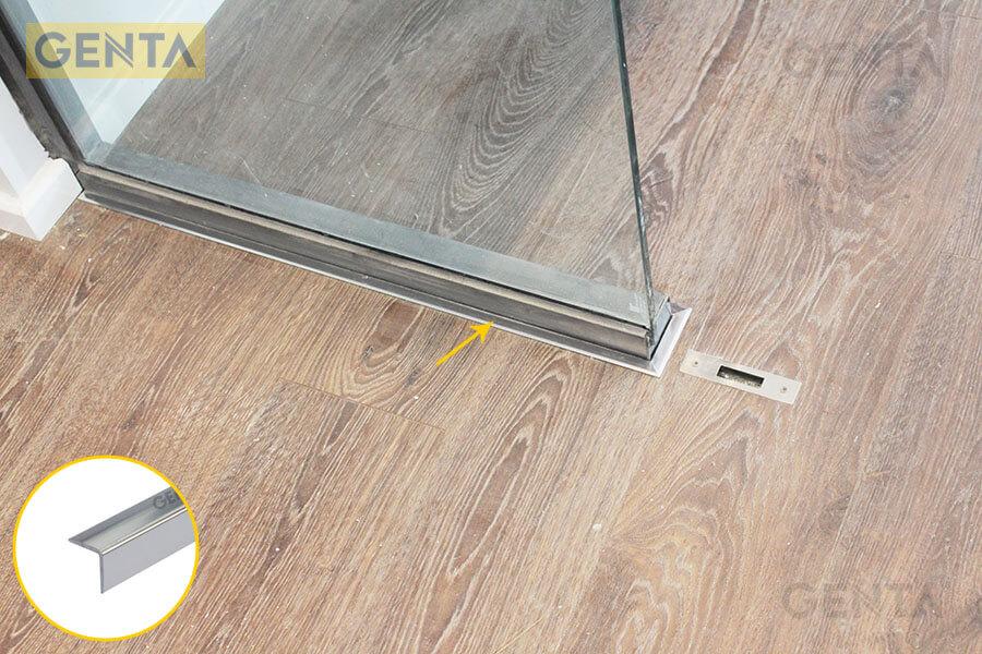 Nẹp kết thúc sàn gỗ CP15 ứng dụng tại vị trí giao với vách kính