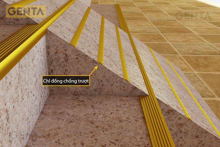Xẻ khe rồi gắn chỉ đồng chống trơn vào bậc thang