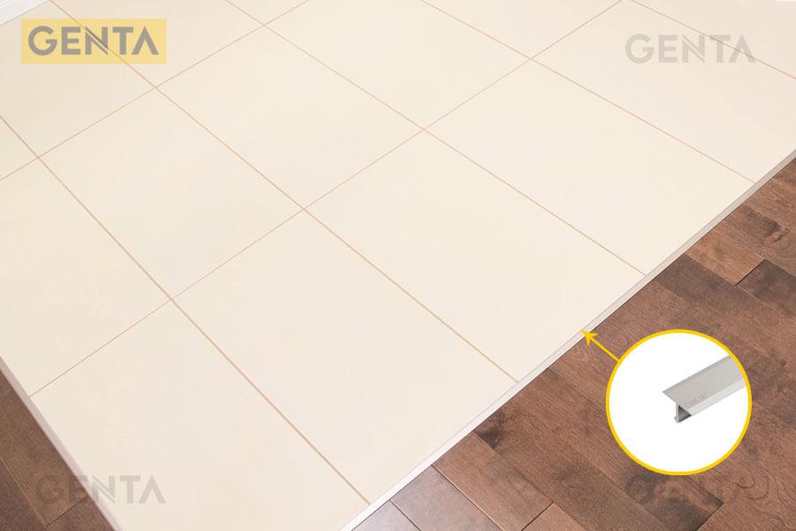 Khu vực sàn gỗ giao với sàn gạch được gắn nẹp CVAC220 nhôm mờ