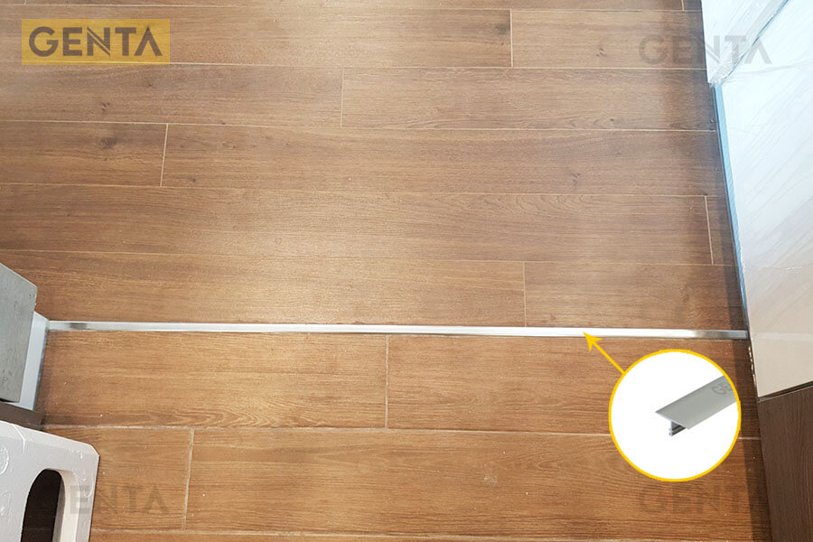 Nẹp T sàn gỗ CVAC220 inox bóng giúp che khe nối, tạo điểm nhấn cho sàn gỗ
