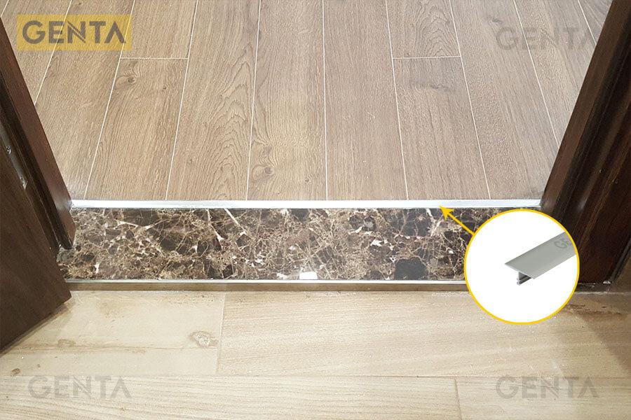 Nẹp nối sàn gỗ T nhôm tại vị trí cửa ra vào